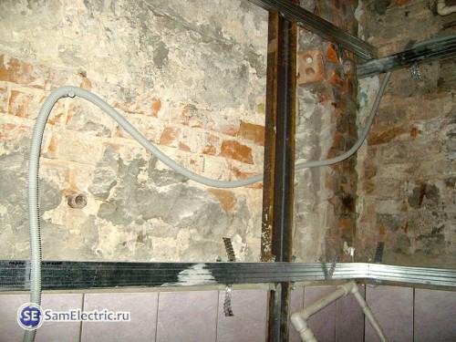 прокладка кабеля под профнастилом
