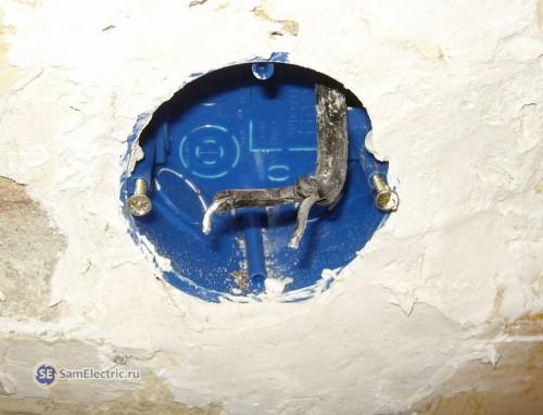 Подрозетник установлен, алебастр застыл, провода минимально потревожены