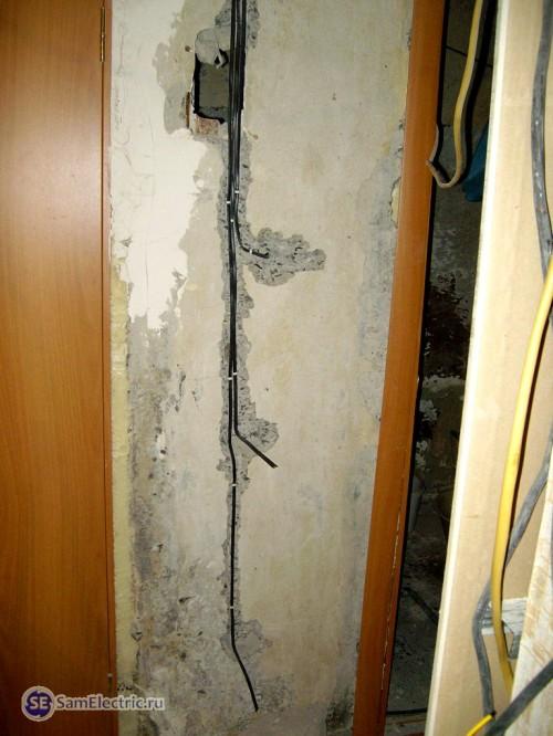 Прокладка проводки в панельном доме после штробления
