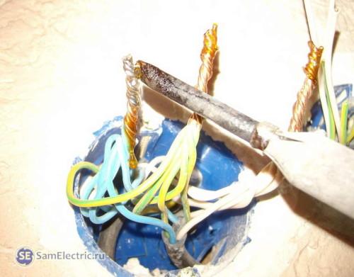 2. Нанесение канифоли, пайка проводов в распределительной коробке