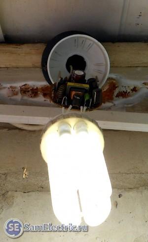 Колба лампы висит на проводах
