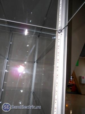 светодиодное освещение витрин. Установленная лента около полки