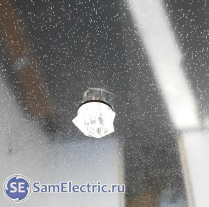 Светильник закреплен на натяжном потолке
