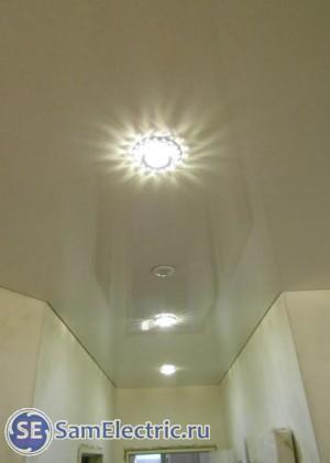 Пример натяжного потолка со светильниками и датчиком движения