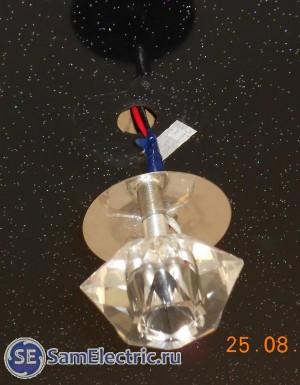 Пример неправильного монтажа светильника на натяжной потолок