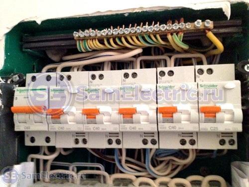 Сборка квартирного электрощитка. Верхний ряд щитка. Номинальный ток диф.автоматов - 40А перед проводами 2,5 мм2.