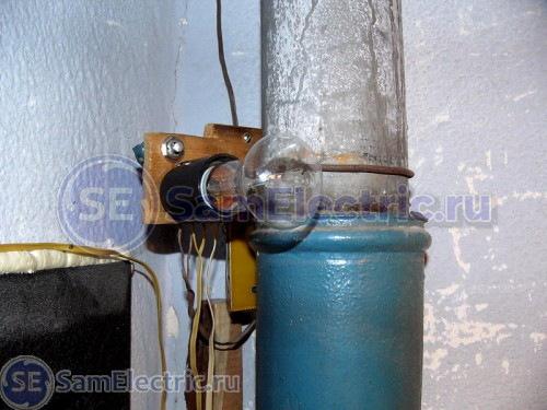 Рис.2. Общий вид и крепление устройства реле времени для освещения на ливневом стояке тамбура.