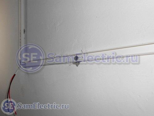 Кабель-канал, закрепленный к потолку, для монтажа ленты