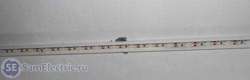 Светодиодная лента, вклеенная с кабель-канал