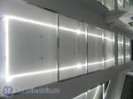Потолок в коридоре, подсвеченный светодиодной лентой