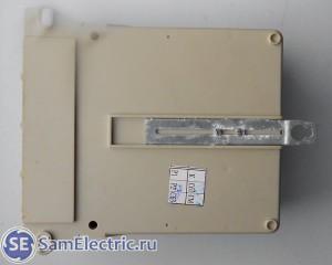 Трехфазный счетчик Энергомера цэ6803в. Вид сзади, на крепежные отверстия