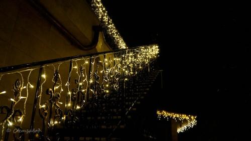 Освещение уличной лестницы световой гирляндой бахрома
