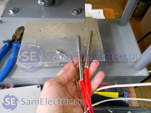 Датчик температуры и нагревательные элементы перед установкой в металлическую пластину