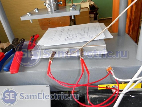 Верхняя пластина, в которую вставляются два ТЭНа и датчик температуры.