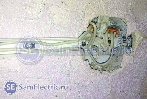 Завершаем подключение розетки. Укладываем провода.