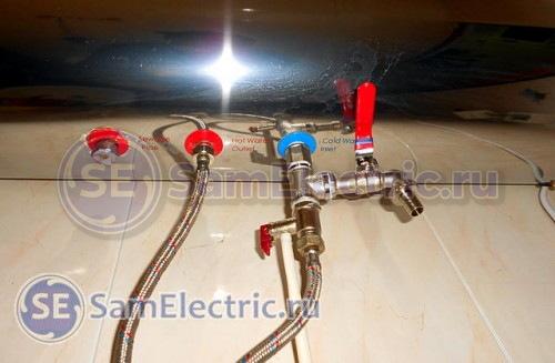 Водяное подключение водонагревателя - вход и выход, горячая и холодная.