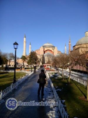 Спереди - Собор Айя-София, слева Хамам, построенный Хюрем-Султан, сзади - мечеть Султан-Ахмет.