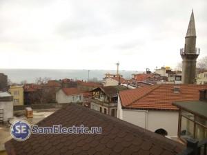 Справа - мечеть, через дорогу от отеля. Вдали - Босфор, корабли ждут своей очереди.