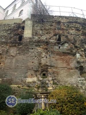 На стенах этого сооружения (возможно, дворец, или акведук) построена обычная школа.