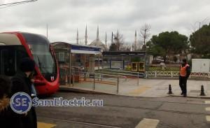 Вот видно вся систему трамваев и метро. Слева направо - трамвай, турникеты для прохождения по картам или жетонам, информационный стенд, аппараты по пополнению баланса Istanbulkart, станционный смотритель.
