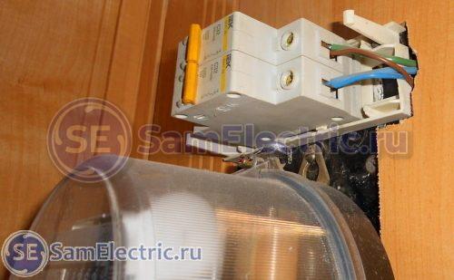 Домашний электросчетчик, после счетчика - два защитных автомата.