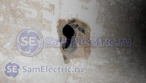 Отверстие в потолочной плите для кабеля светильника
