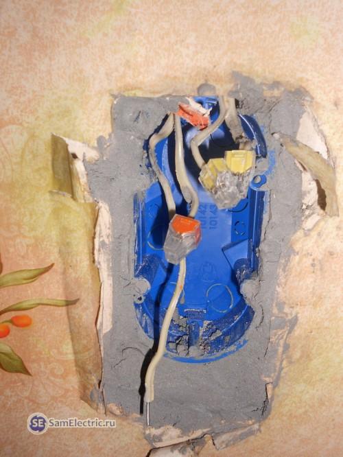 8.Монтаж коробки под двойной выключатель с розеткой. Используем алебастр и клеммники Ваго