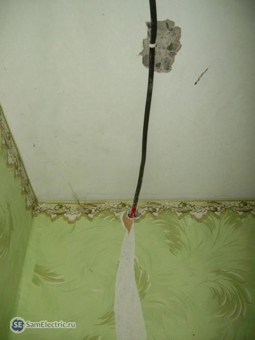 Кабель с потолка входит в гк стену