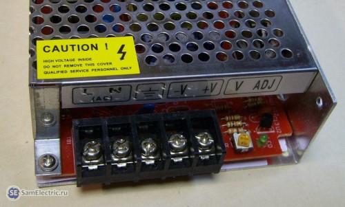 Контакты блока питания светодиодной ленты.