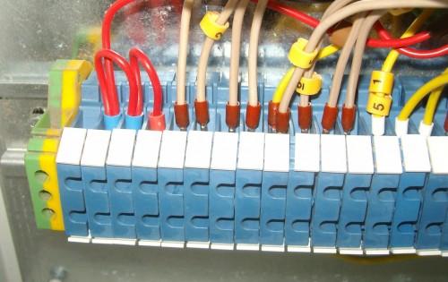 Оконцованные провода с бирками в клеммнике
