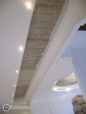 Потолок с точечными светильниками 1