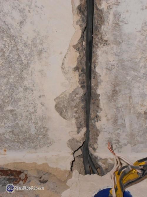 Прокладка питающих кабелей между потолочными плитами
