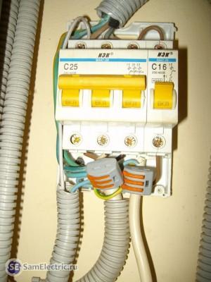 Старый щиток разобран. Провода соединены через зажимы Ваго