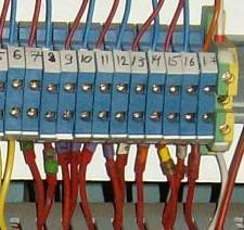 Цветные бирки на проводах