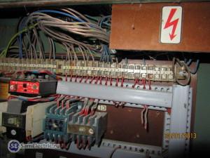 Внутреннее устройство электрошкафа пресса_2. Видно оставшиеся пускатели и то, что осталось от снятых деталей.