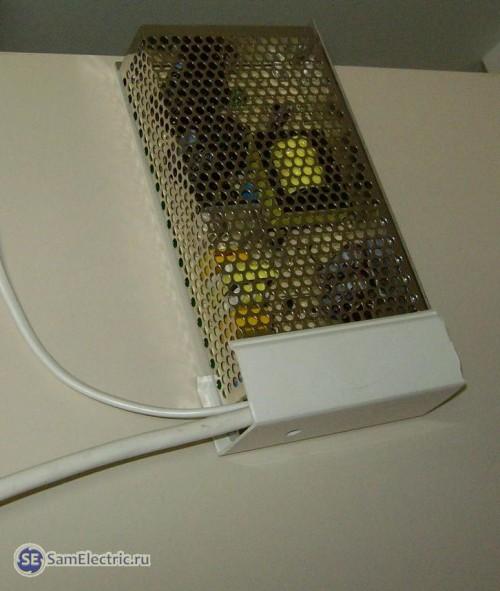 Закрытые кабель-каналом контакты БП для светодиодной ленты