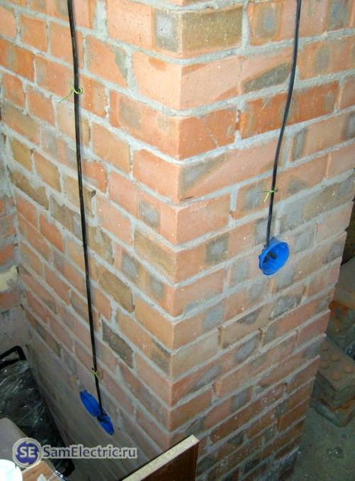 Монтаж кабеля на кирпичную стену перед штукатуркой