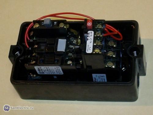 Разобранный пускатель ПМЛ-1220 0*2Б. Видно контактор и тепловое реле.